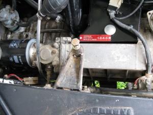 Le système en place, sous l'attache de la ceinture de sécurité du passager.
