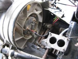 Sous le capot du conduit d'air, avec le câblage en place.