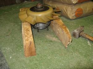 L'alternateur est suspendu à quelques centimètres du sol
