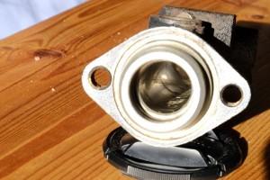 La petite tâche de corrosion indique qu'il faut changer le maitre cylindre. Procédez à un examen attentif