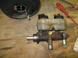 Maître cylindre dans l'état d'origine, avec le réservoir très sale