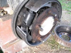 Vue en détail du tambour, avec les garnitures et le cylindre de roue.