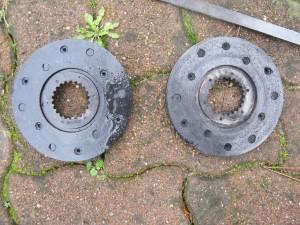 A gauche, le disque huileux. A droite, le disque après brulage et nettoyage.