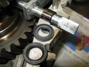 Les deux faces du joint SPI de sélecteur. Le coté avec le ressort et coté huile.