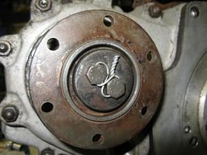 Détail du montage du fil de fer de sécurité sur la prise d'arbre coté moteur.