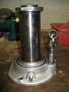 L'intérieur d'un cric hydraulique, avec le joint du corps en tôle.