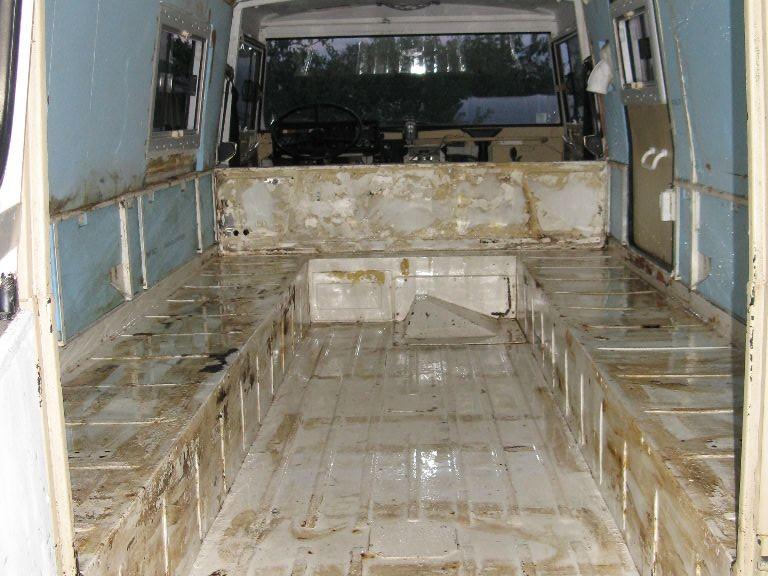 L'intérieur du Pinz, déshabillé de son humide décors. Je venais juste de faire un ménage au jet d'eau et à la brosse dur pour enlever les traces de pourritures...
